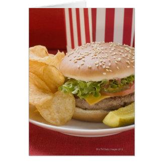Cartes Cheeseburger avec les pommes chips et le cornichon