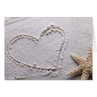 Cartes Coeur dessiné en sable au modèle d'étoiles de mer