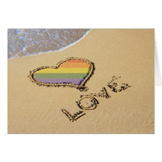 Cartes Coeur gai d'amour d'arc-en-ciel dans le sable