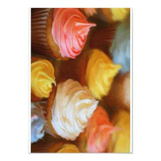 Cartes colorées délicieuses d'invitation de petits