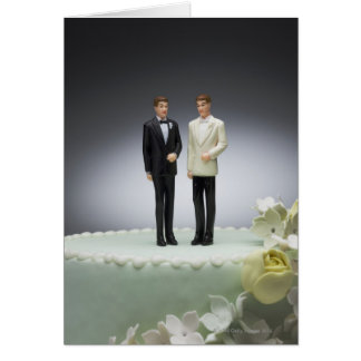 Cartes Deux figurines de marié sur le gâteau de mariage