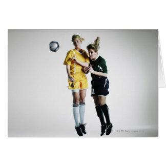 Cartes Deux footballeurs féminins dans se diriger de