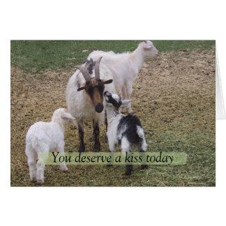 Cartes Enfant embrassant la chèvre