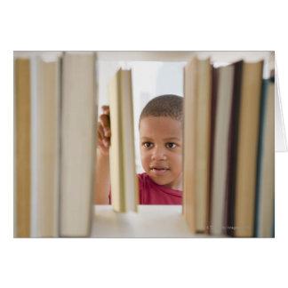 Cartes Garçon d'Afro-américain choisissant le livre