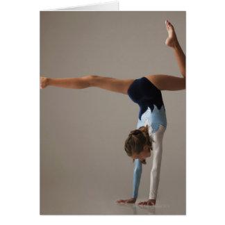 Cartes Gymnaste féminin (12-13) exécutant l'appui