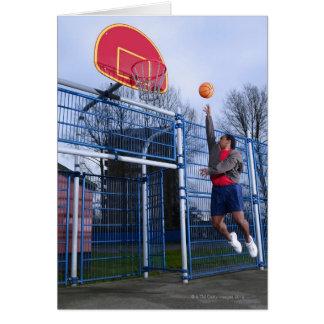 Cartes Jeune homme jouant au basket-ball dehors