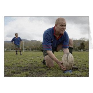 Cartes Joueur de rugby plaçant la boule sur le lancement