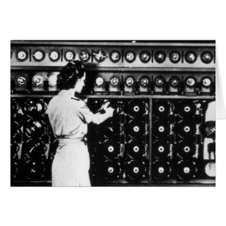 Cartes La femme actionne une machine de décryptage