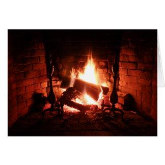 Cartes Le feu dans la cheminée brûlant brillamment