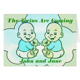 Cartes Les jumeaux de garçon et de fille sont prochaine