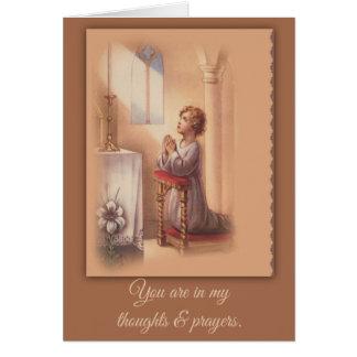 Cartes Little Boy priant avec les mains pliées à l'autel