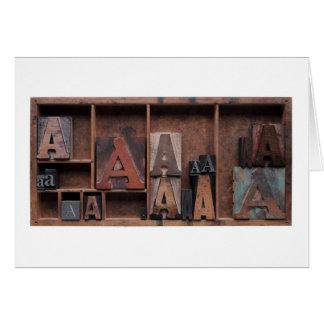 Cartes marquez avec des lettres A dans le type en bois et