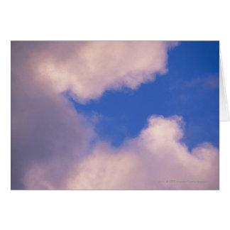 Cartes Nuages effilés contre le ciel bleu