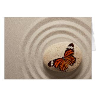 Cartes Papillon de monarque sur une pierre dans un jardin