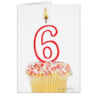 Cartes Petit gâteau avec une bougie numérotée 4