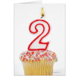 Cartes Petit gâteau avec une bougie numérotée 6