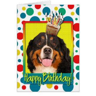 Cartes Petit gâteau d'anniversaire - chien de montagne de
