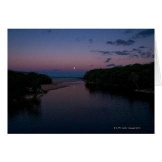 Cartes Pleine lune se levant au-dessus de la plage de