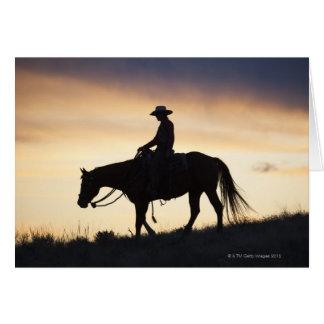 Cartes Silhouette d'une cow-girl sur son cheval contre