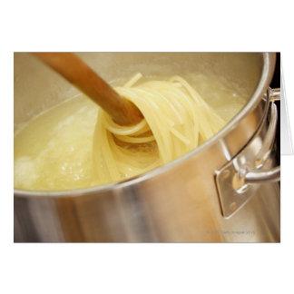 Cartes Spaghetti étant Stired dans le pot