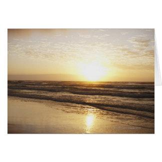 Cartes Sun sur l'horizon au-dessus de l'océan