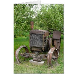 Cartes Tracteur vintage dans le champ de pommiers