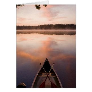 Cartes Un canoë se repose sur le rivage du lac