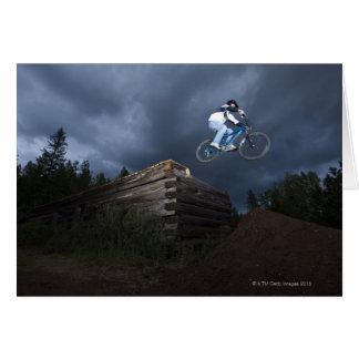 Cartes Un cycliste de montagne saute outre d'un cabine de