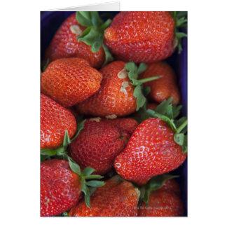 Cartes un maniveau de fraises fraîches mûres à vendre
