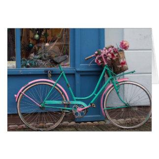 Cartes Une bicyclette rose avec le panier en osier et les
