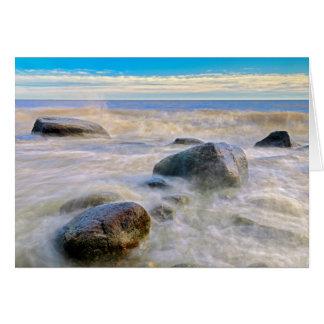 Cartes Vagues se brisant sur des roches de rivage