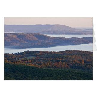 Cartes Vallées et feuillage d'automne brumeux dans Ozark