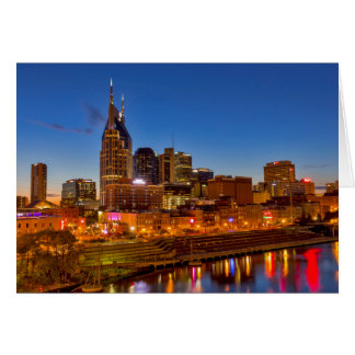 Cartes Vue de l'horizon de ville au crépuscule