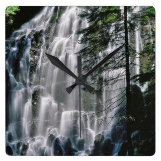 Cascade dans la forêt, Orégon Horloge Carrée