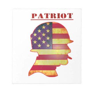 Casque patriotique de militaires de drapeau bloc-note