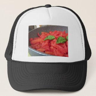 Casquette Cuisson de la sauce tomate faite maison utilisant