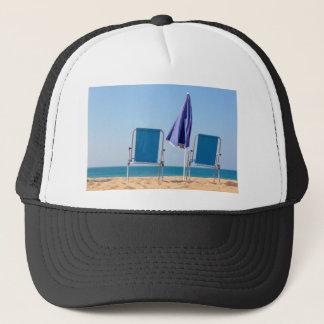 Casquette Deux chaises et parasols de plage bleus à sea.JPG