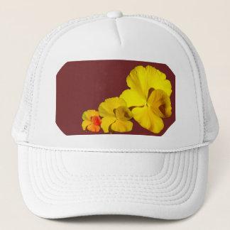 Casquette Motif floral de pensée jaune sur le rouge foncé II