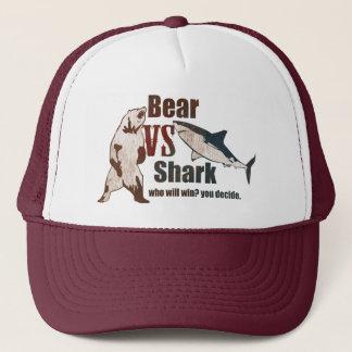 Casquette Ours contre le requin. Qui gagnera ? vous décidez