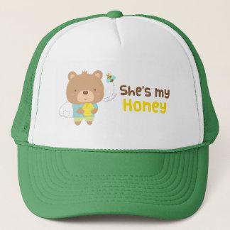 Casquette Ours masculin et abeille de couples d'une manière
