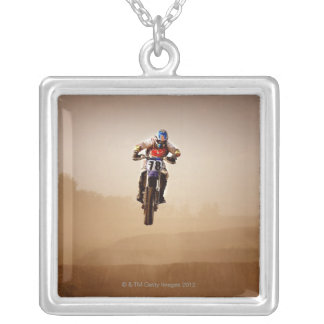 Cavalier de motocross collier