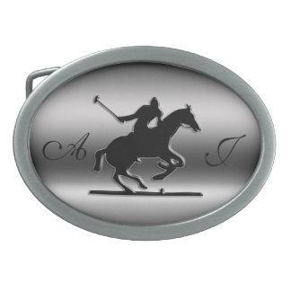 Cavalier noir de polo de monogramme sur boucle de ceinture ovale