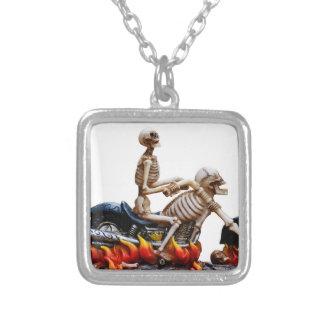 Cavalier squelettique collier