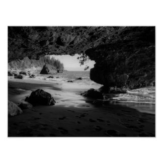 Caverne noire et blanche de plage affiches