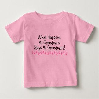 Ce qui se produit aux séjours de grand-mamans aux t-shirt pour bébé
