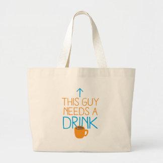 Ce type a besoin d'une boisson avec la tasse de sac en toile
