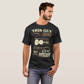 Ce type joue le vrai T-shirt de violon