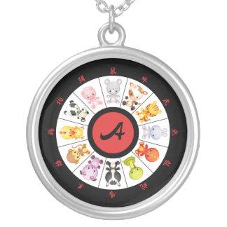 Cercle chinois mignon décoré d'un monogramme de pendentif rond