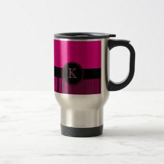 Cercle noir rose-foncé chic décoré d'un monogramme mug de voyage