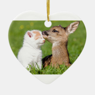 Cerfs communs de bébé et caresse de chaton ornement cœur en céramique